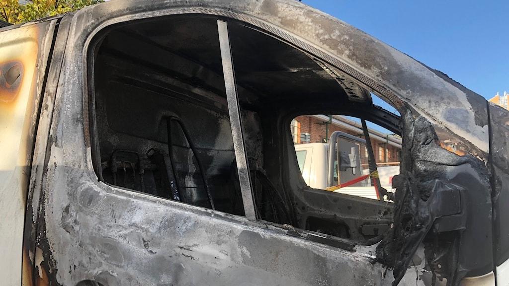 Bil förstörd i brand.