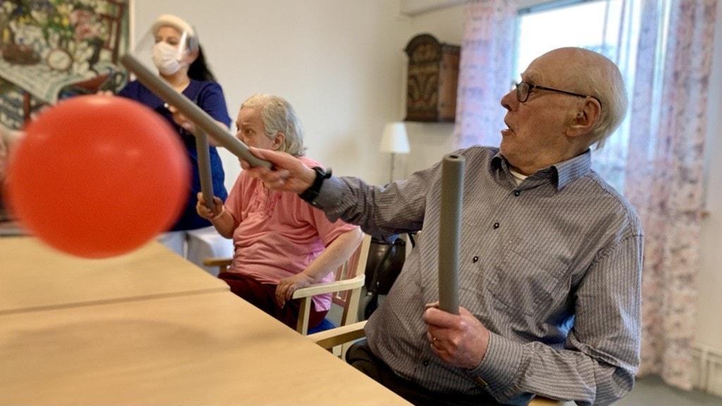 En gång i veckan har äldreboendet Strandgården i Kolbäck gympa med de boende på själva avdelningen