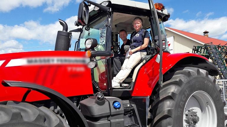 Under Stafettmanland lärde Peter Lindberg Malin Helenius i traktorkörning.