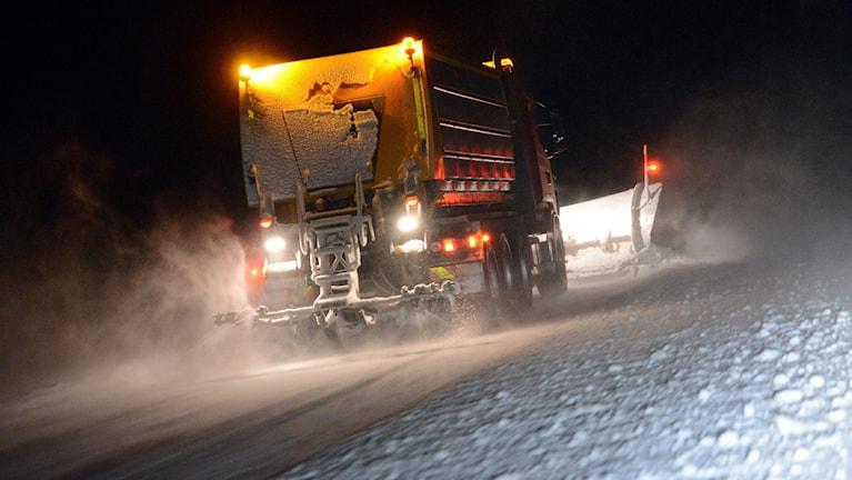 En plogbil röjer bort snön från E4:an mellan Nyköping och Norrköping på julaftons morgon.