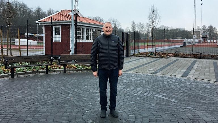 Mats Larsson på den plats där han tycker statyn ska stå.