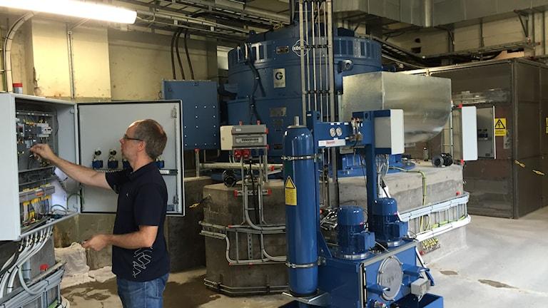 Den stora blå runda maskinen är en av tre generatorer. Förberedelserna pågår för att få allt klart till invigningen.