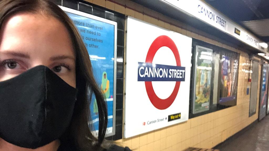 Västeråsaren Emelie Pettersson med munskydd på tunnelbanestationen Cannon Street i London.