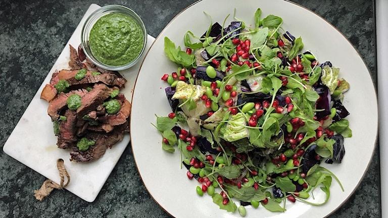 Entrecôte med kålsallad och salsa verde.