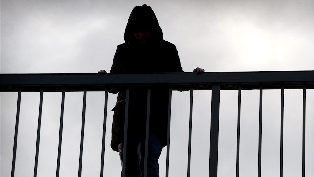 Kvinna på bro.