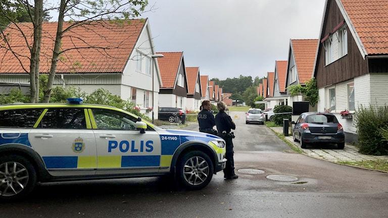 Poliser bevakar platsen för skjutningen på Kuskgatan i Västerås.