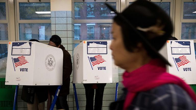 Röstningen pågår i presidentvalet i USA, här är väljare i en vallokal i New York.