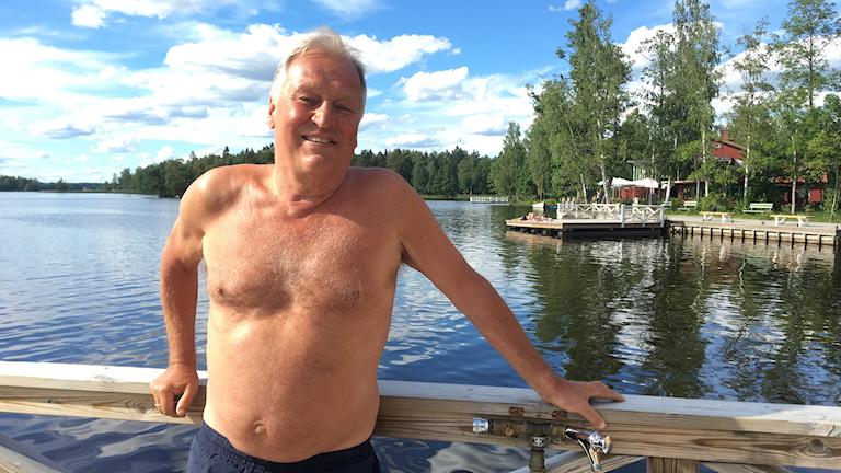 Lars Alenius bor i Sala och brukar besöka simhallen Lärkans familjebad fem gånger i veckan. På bilden står han vid Långforsbadet i Sala.