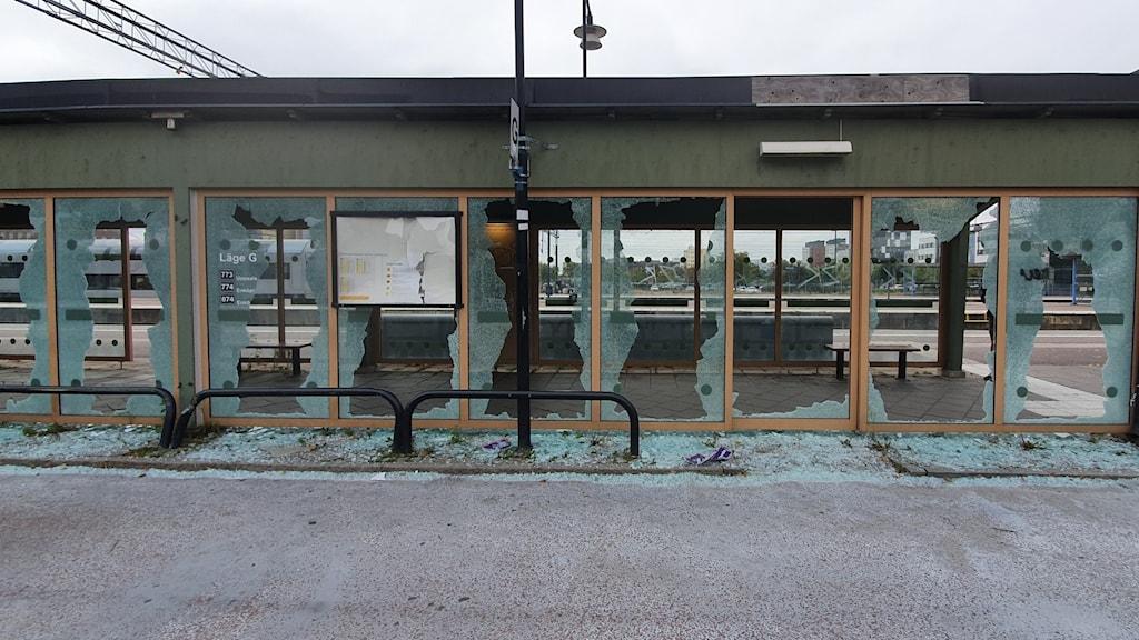 Glas har krossats på flera platser vid Västerås central.