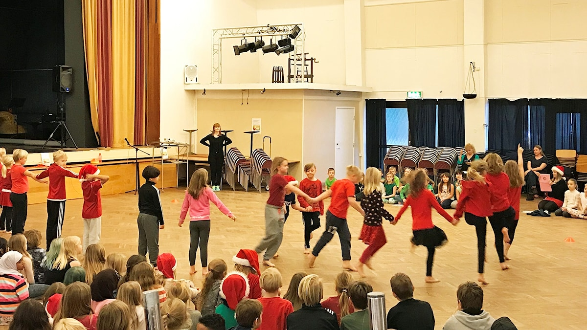 Elever från Lindboskolan i dansmanifestation.