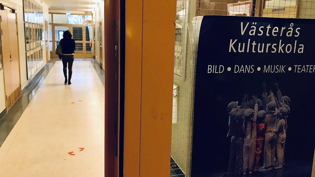 """Projektledaren för """"Kulturskola i hela landet"""", Madelene Ulfberg, i korridoren i Växhuset i Västerås."""