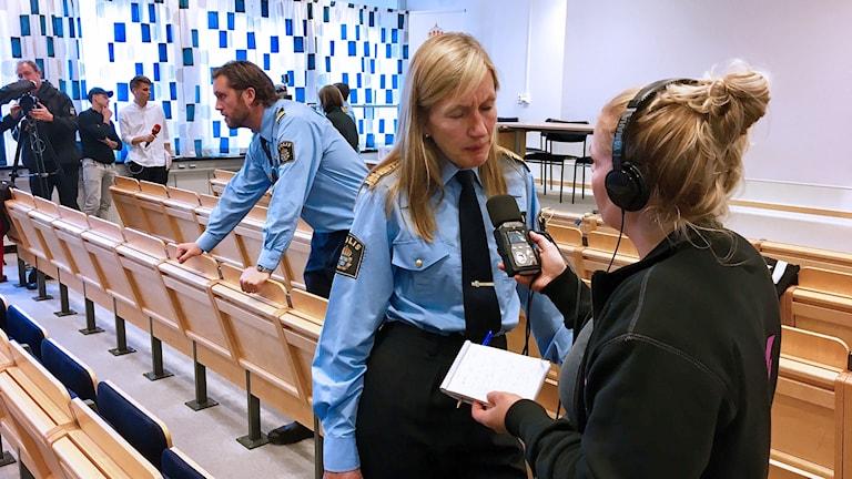 Regionpolischef Carin Götblad intervjuas av Jonna Noblin.