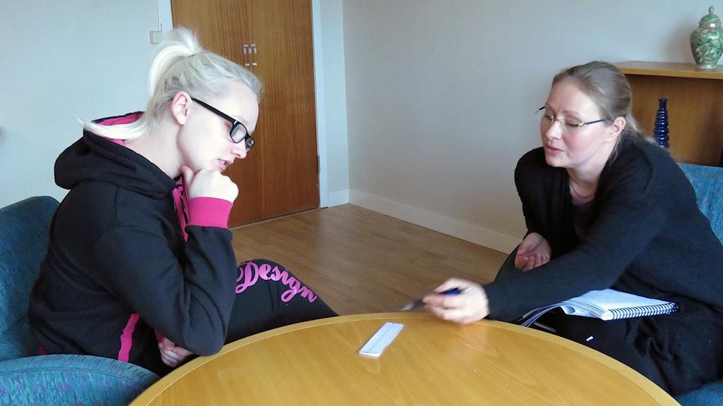 Linn Gabrielsson, arbetssökande, och Tanja Alanko, arbetskonsulent i Surahammars kommun.