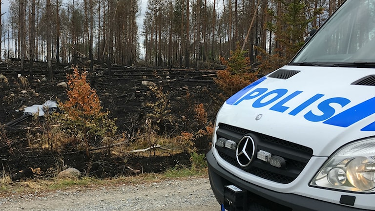Polisen ser till att ingen obehörig rör det övertäckta säkrade spår man hittat efter skogsbranden vid Rörbo.