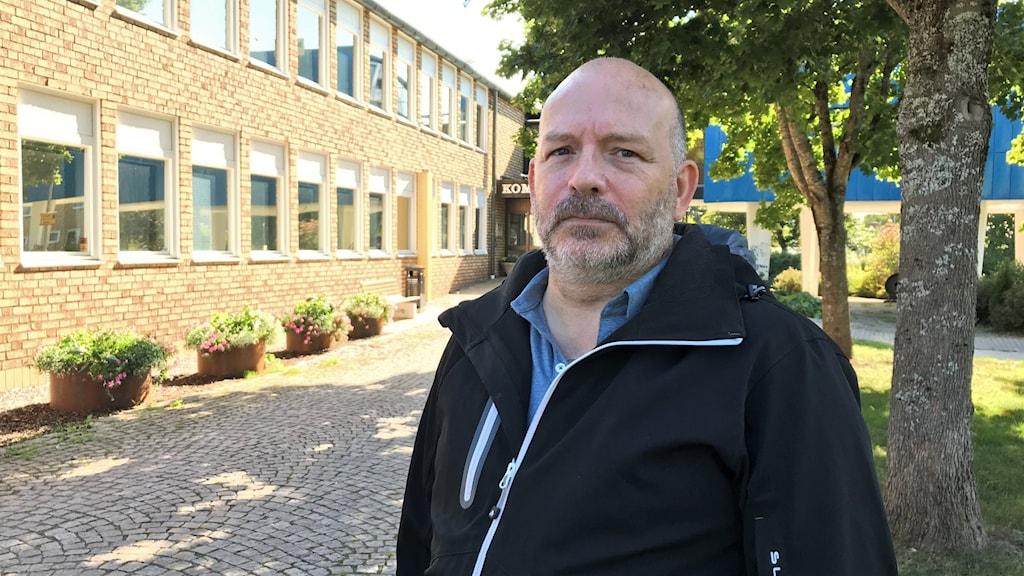 Peter Berg (V) , gruppledare i Surahammar och ordförande i Barn- och bildningsnämnden, står utanför kommunhuset i Surahammar.