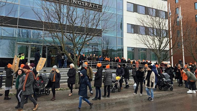 Demonstranter på plats vid rättegången i Västmanlands tingsrätt.