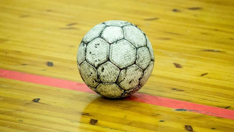 Handboll på röd linje på trägolv. Foto: Christine Olsson/TT.