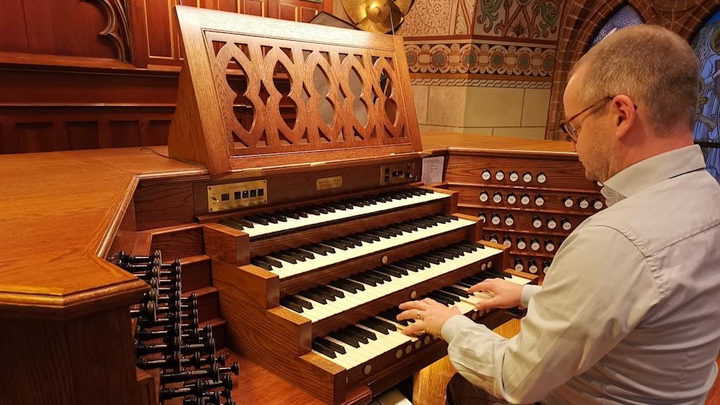 En man spelar på den stora orgeln i Västerås domkyrka.