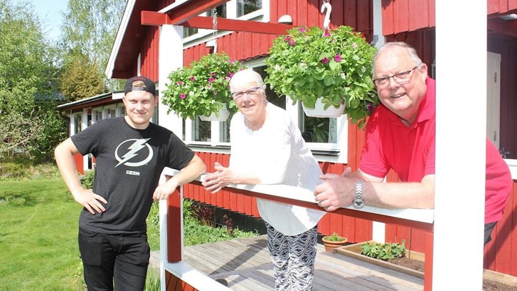 Monica och Alf Göransson vid sitt sommarparadis.
