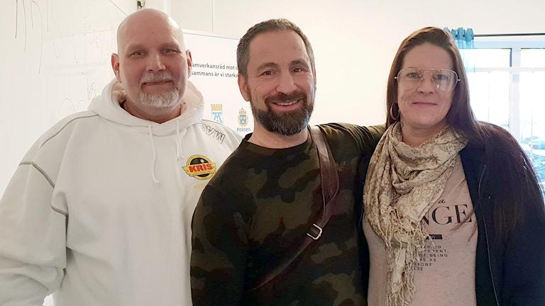 Ricky Holmqvist, verksamhetsansvarig för KRIS, Paulo Roberto, och Riikka Heinola, ordförande i KRIS.