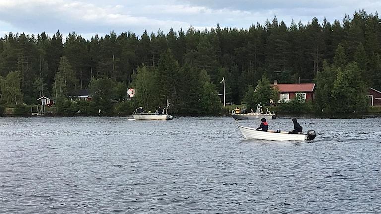 Polisen jobbade med att hitta föremål på och i Umeälven efter flygolyckan där nio personer omkom.