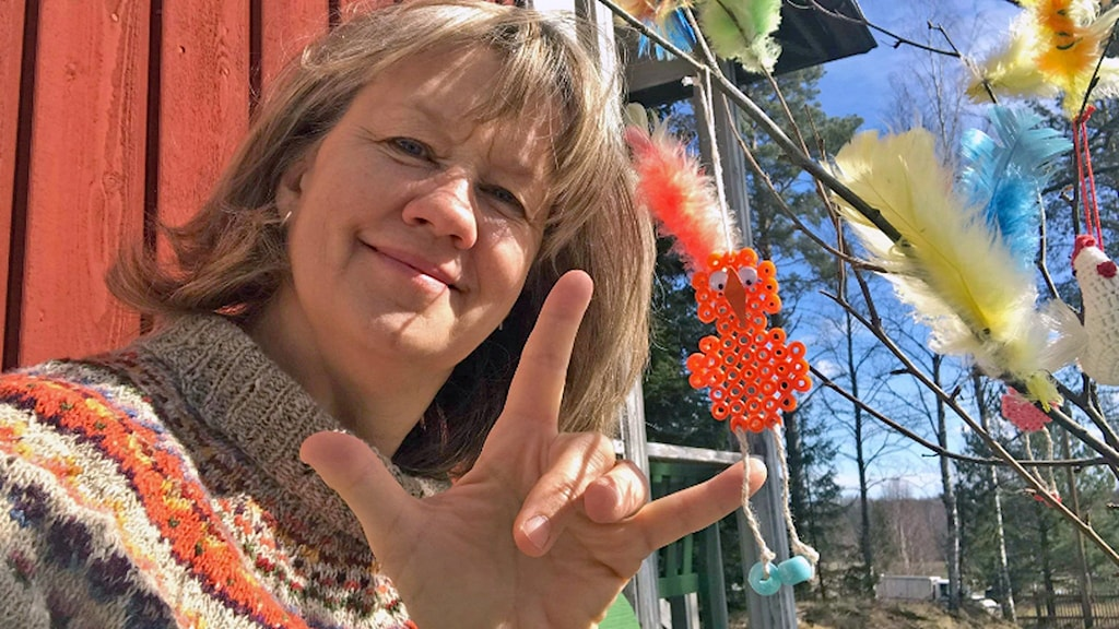 """Åsa Grönberg, stiftskonsulent för döva och teckenspråkigt arbete i Västerås stift. Hon gör tecknet för """"I love you"""""""