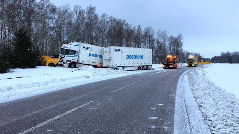 En buss med skolelever från Åkersberga som var på väg till till Romme alpin på skidresa har kolliderat med en lastbil.