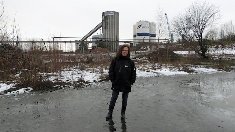 Markspecialist Anna Krüger på platsen för oljedepån.