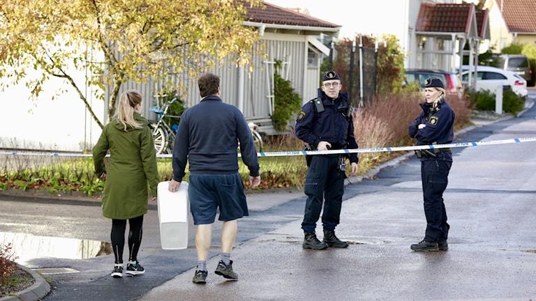 Flera skott avlossades under natten mot lördagen mot en bostad i Västerås där en polis bor.