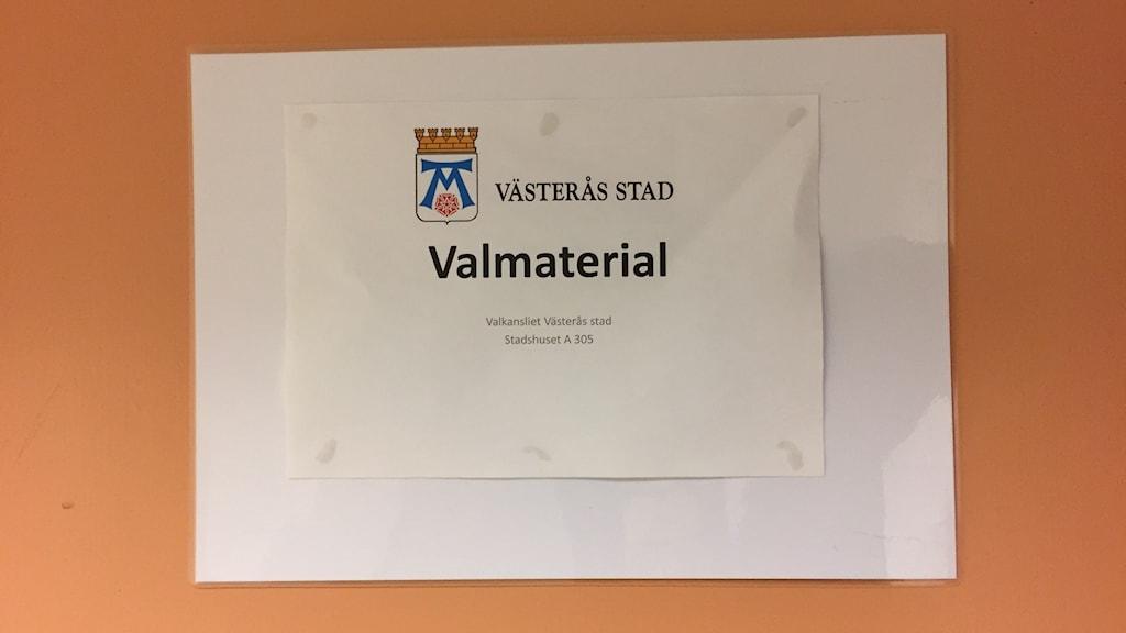 """Skylt där det står """"Valmaterial"""" på en dörr i stadshuset i Västerås"""