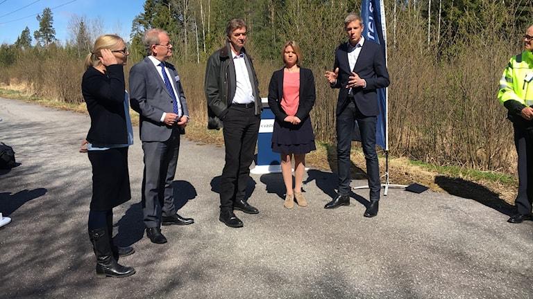 Representanetr från Västerås stad visade den tilltänkta platsen på Finnslätten