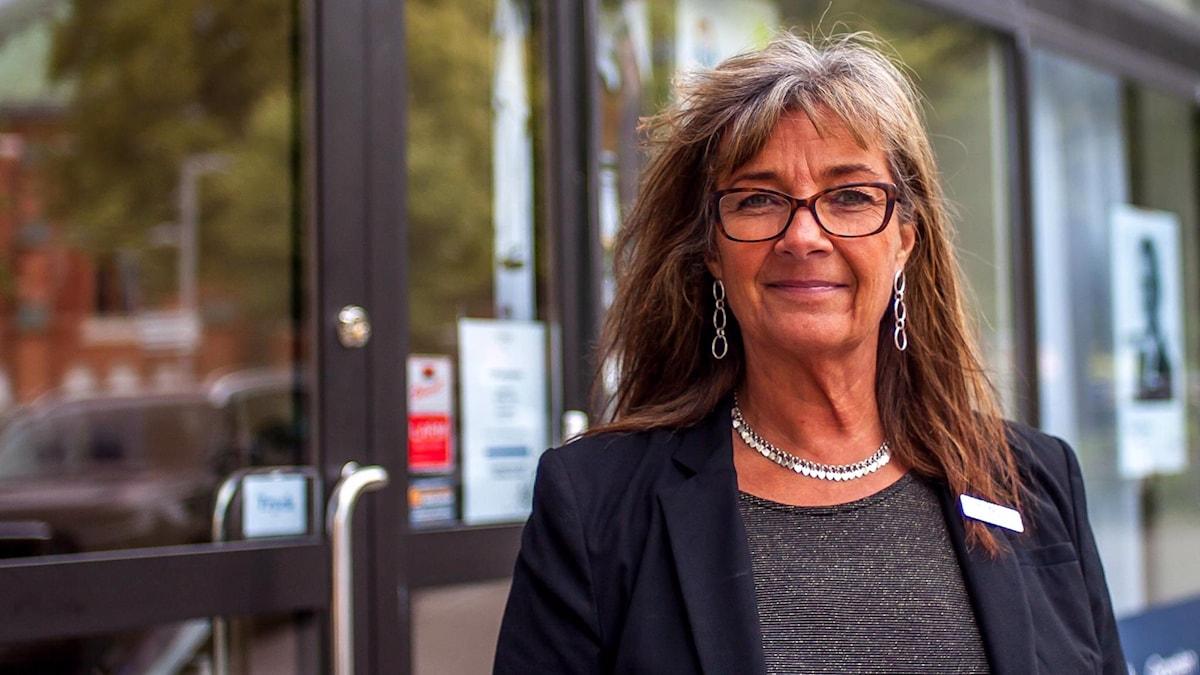 Susanne Johansson står utanför Fonus i Västerås där hon jobbar som kontorschef.