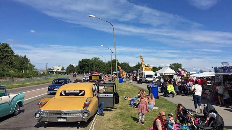Många samlas längs cruisingsträckan på Västerås Summer Meet.