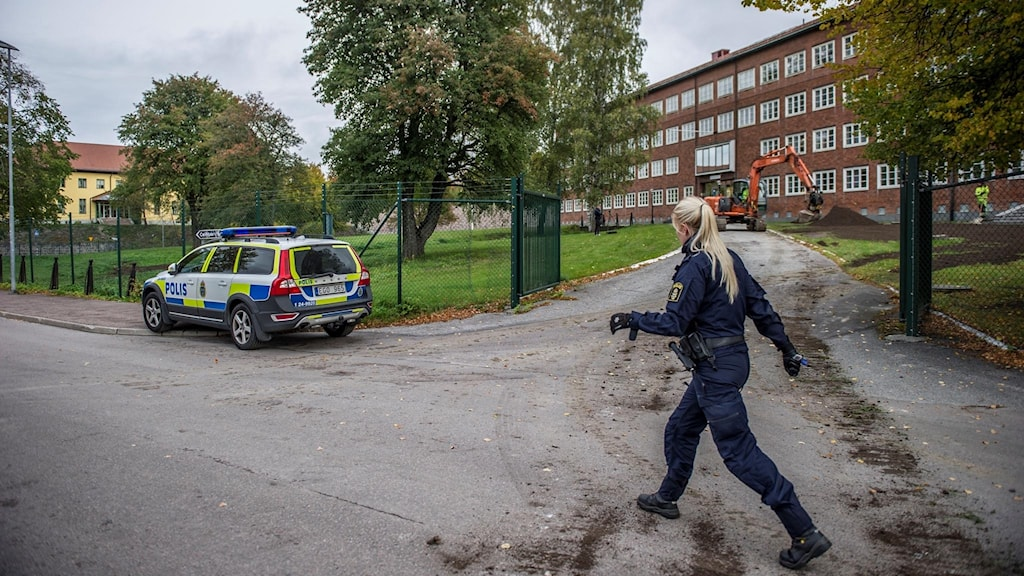 Polis på plats vid Brukskontoret där en skollokal rökfylldes.