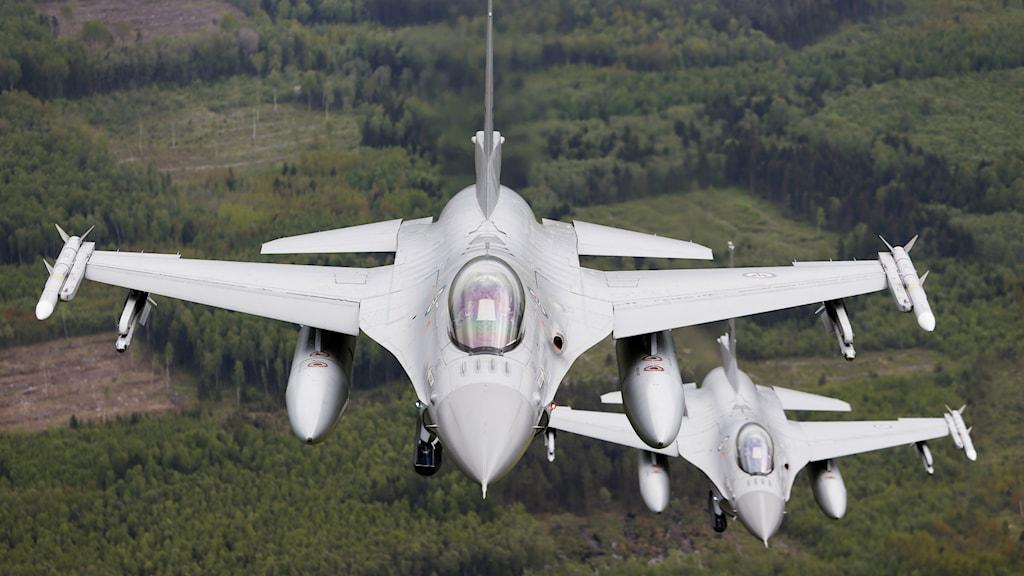Norska F-16 i övning under Natos övning Baltic Air Policing i Litauen. Foto: Henrik Skolt/NTB/TT
