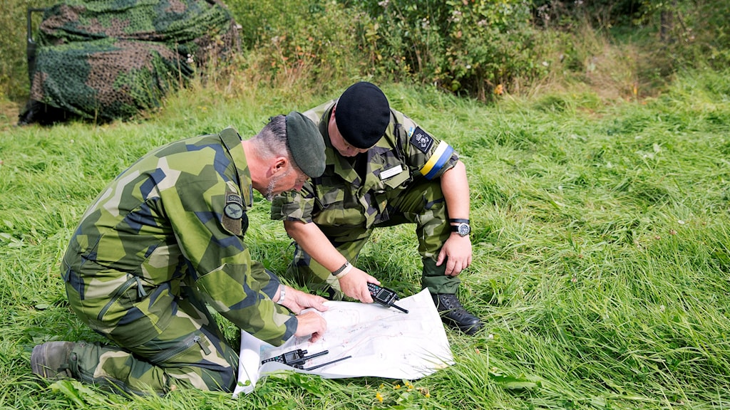 Två militärer granskar karta. Foto: Stefan Jerrevång/TT