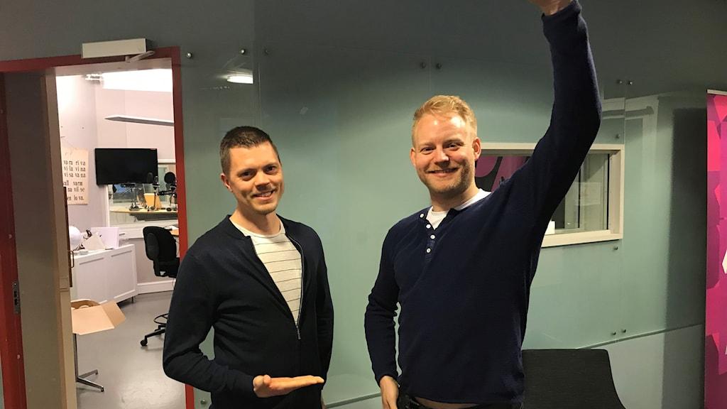 Martin Samuelson ler åt vinnaren Viktor Gerdin som gör segergest utanför studion där tävlingen avgjordes.