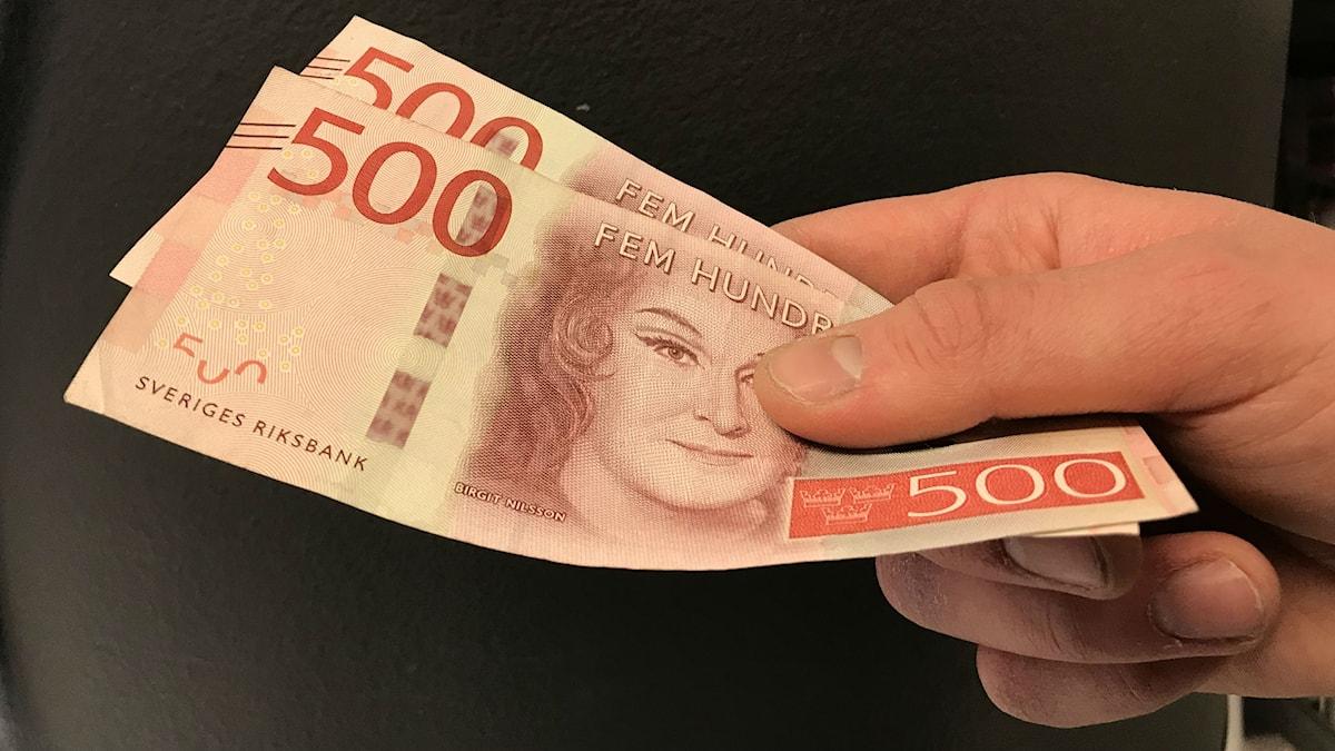 Ung kille tar emot 1000 kronor