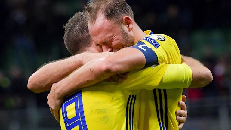Sveriges Marcus Berg och Andreas Granqvist jublar efter slutsignalen i måndagens VM-kval, playoff, andra matchen, mellan Italien och Sverige på San Siro i Milano. Matchen slutade 0-0 och Sverige går vidare till VM.