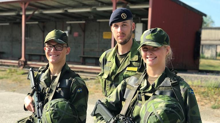Adam Stockhaus 18 år och Elsa Lööw 19 år. I mitten kapten Emil Brynolfsson.