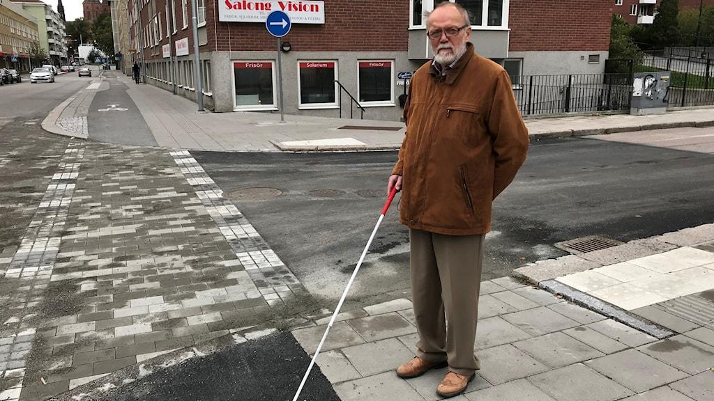 Lars Nord vid ett av övergångsställen som saknar stoppmarkering.