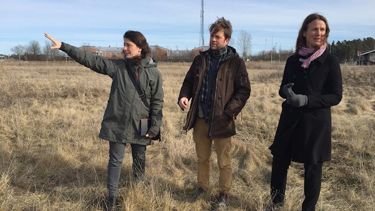 Osteologerna Sofia Prata och Emma Sjöling och arkeologen Andreas Hennius på platsen där Gnistahögen låg.