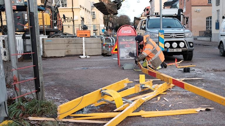 Trasiga bommar lagas vid S:t Persgatan i centrala Uppsala.