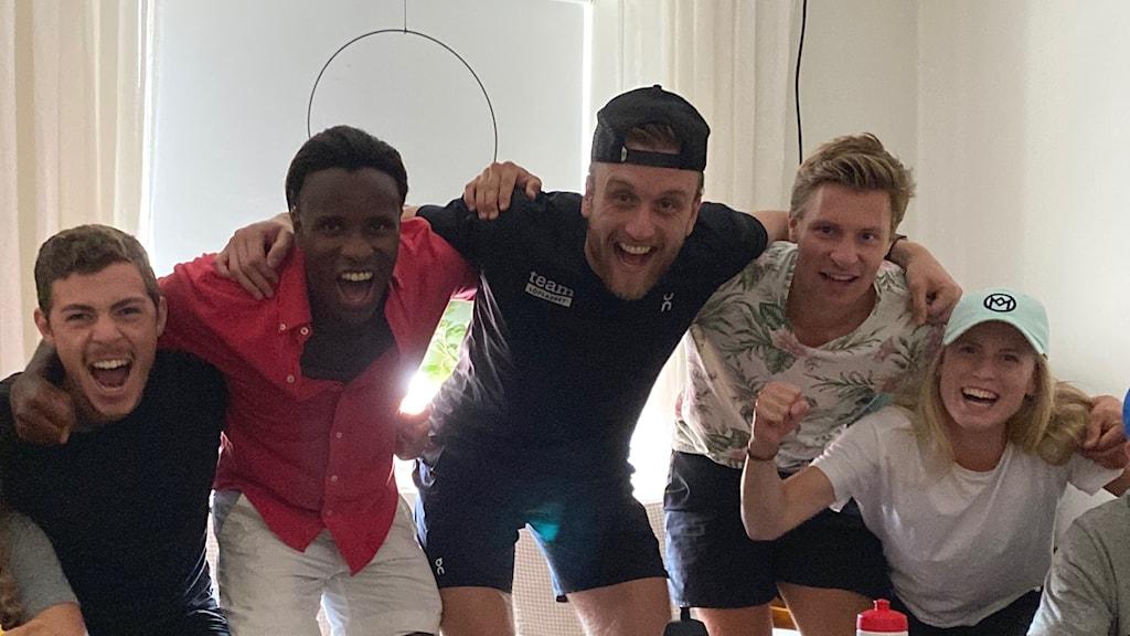 Flera av Duplantis klubbkamrater firar och är glada över OS-guldet i stavhopp.