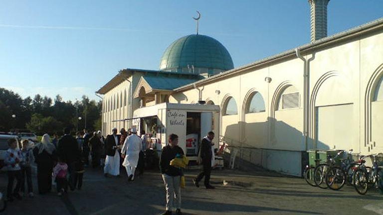 Många samlas för att fira slutet på ramadan. Foto: Annika Ilmoni/SR