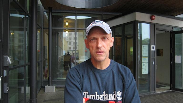 Jale Poljarevius, närpolischef i Uppsala och Knivsta framför polishuset.