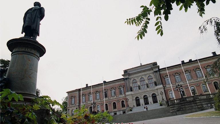 Uppsala universitetshus. Staty av Erik Gustaf Geijer i förgrunden.