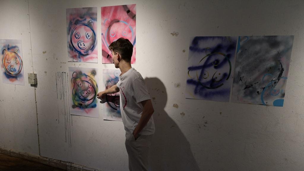 Otto Zelaya på sin utställning.