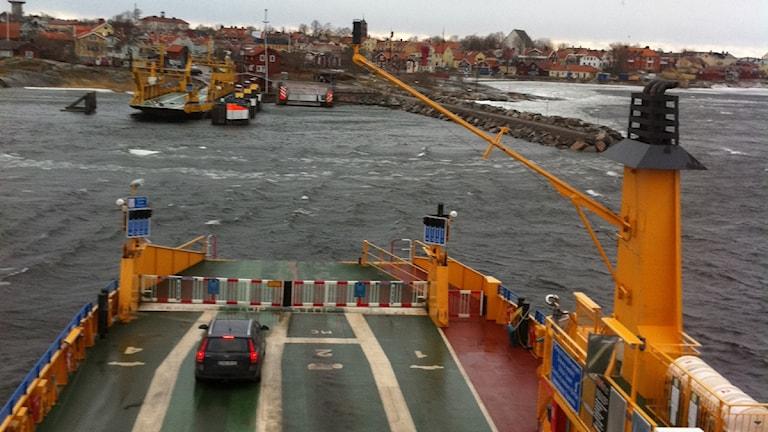 Gräsöfärjan på väg in mot Öregrund i kraftig blåst.