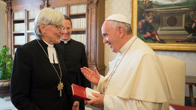 Ärkebiskopen Antje Jackelen träffar påven i Rom. Foto: Svenska kyrkan